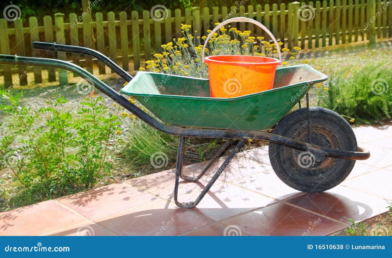 Brouette de roue verte de jardinier avec le seau orange for Brouette de jardin plastique