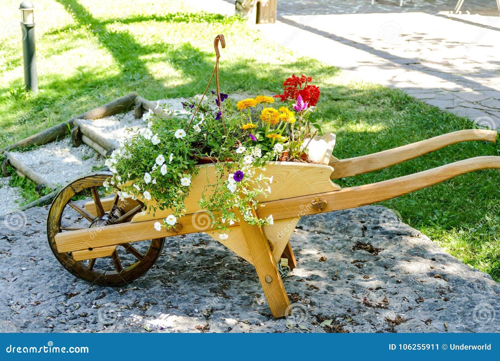 Brouette En Bois Decorative Avec Des Fleurs Image Stock Image Du