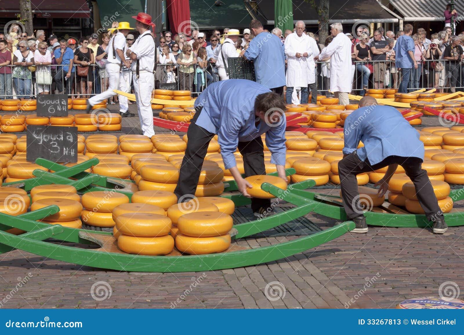 Brouettes remplissantes au marché de fromage à Alkmaar, Holla