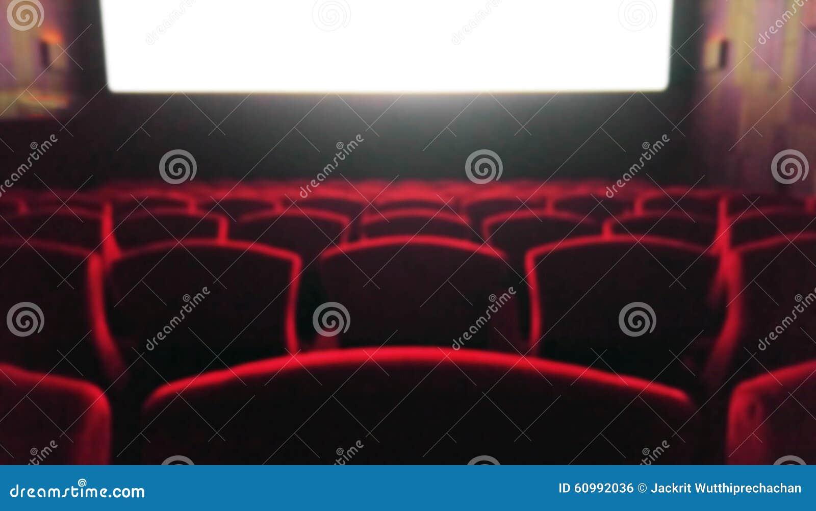 Brouillez la salle de cinéma avec les chaises rouges utilisées comme calibre