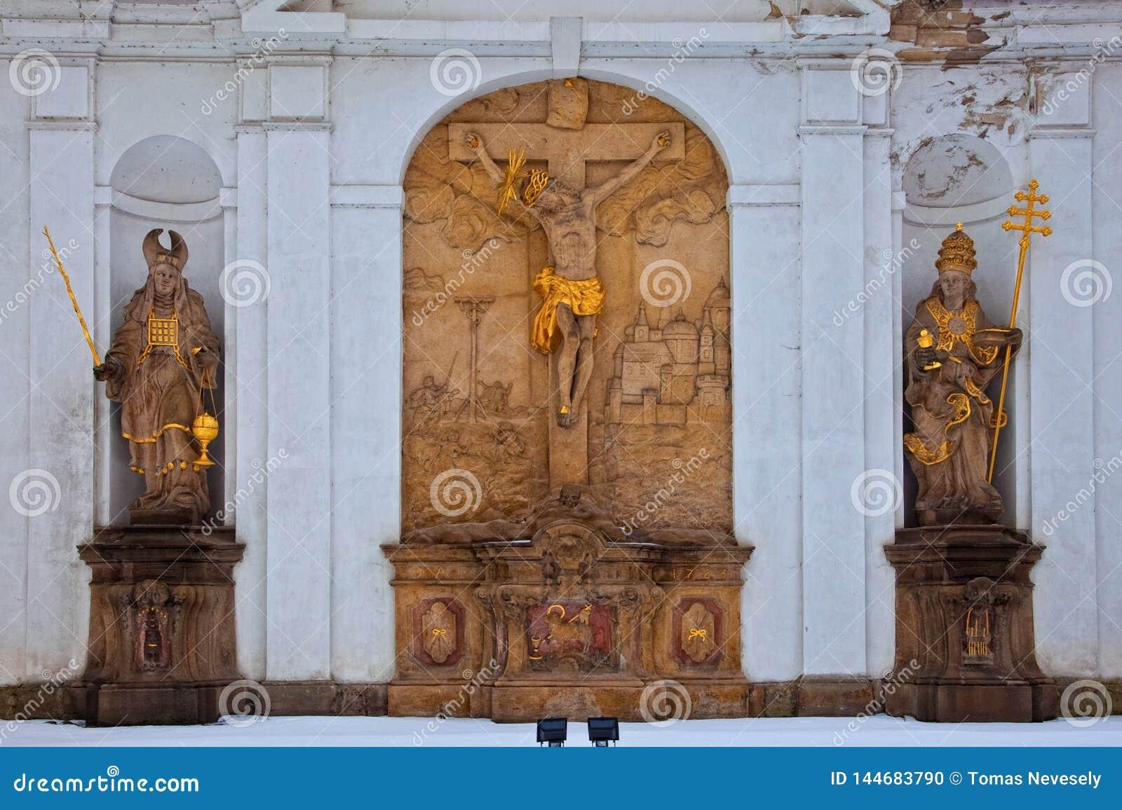 BROUMOV, ЧЕХИЯ - 17-ОЕ МАРТА 2010: Статуи на monastary в Broumov в северо-восточной чехи