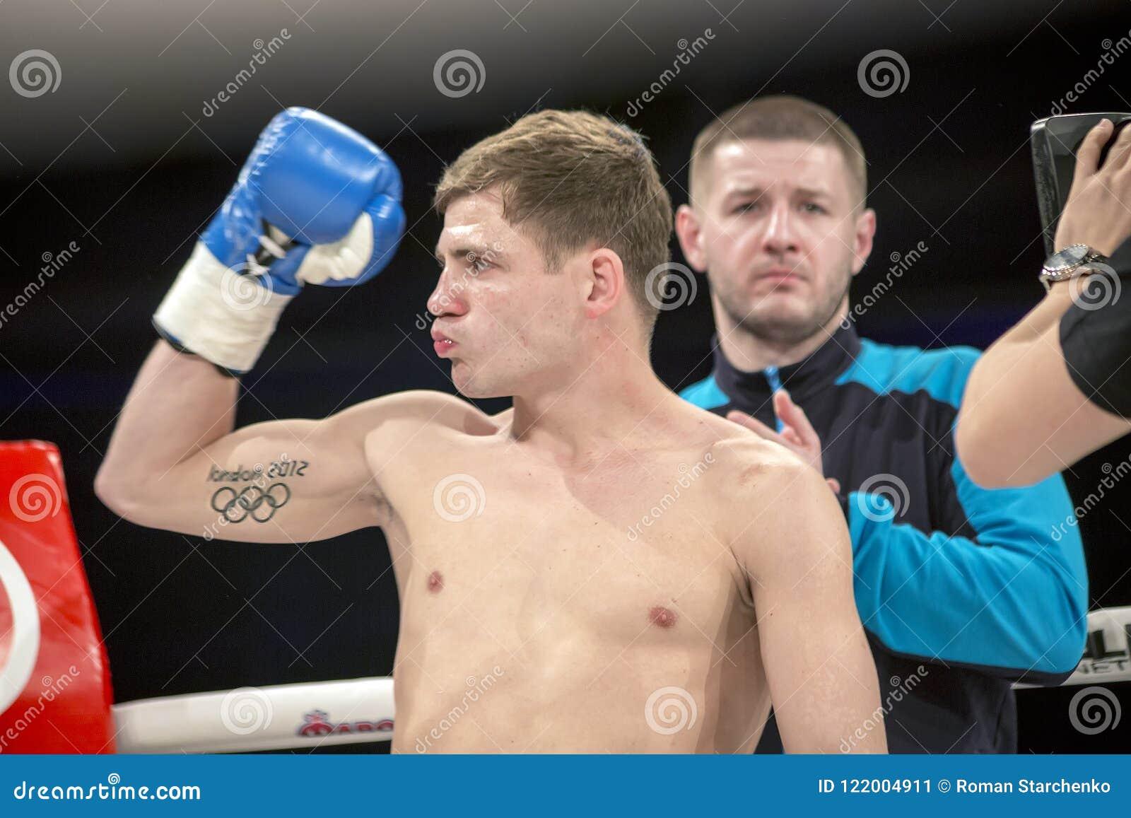 Brovary De Oekraïne, 14 11 2015 Berinchyk, Oekraïense in dozen doende die kampioen, tribunes met hand omhoog in bokshandschoen wo