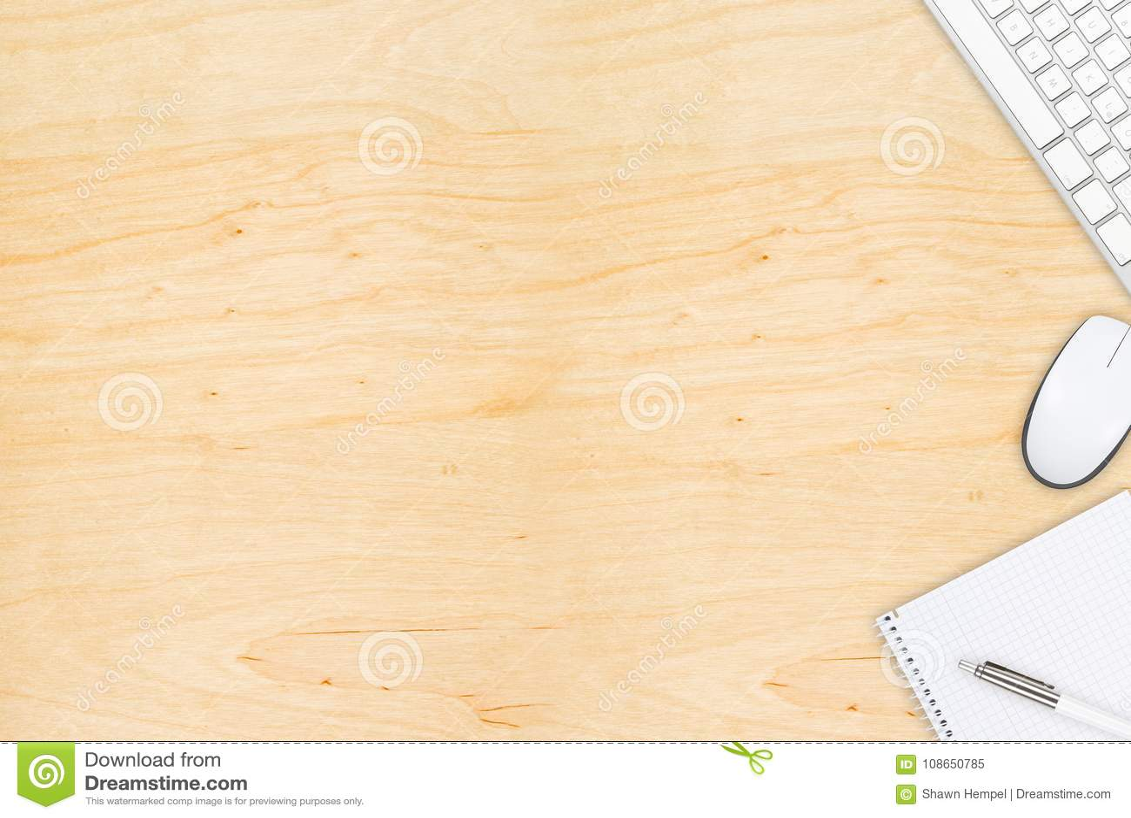 Brown drewniany biurowy desktop widok z komputerową myszą i keyboa
