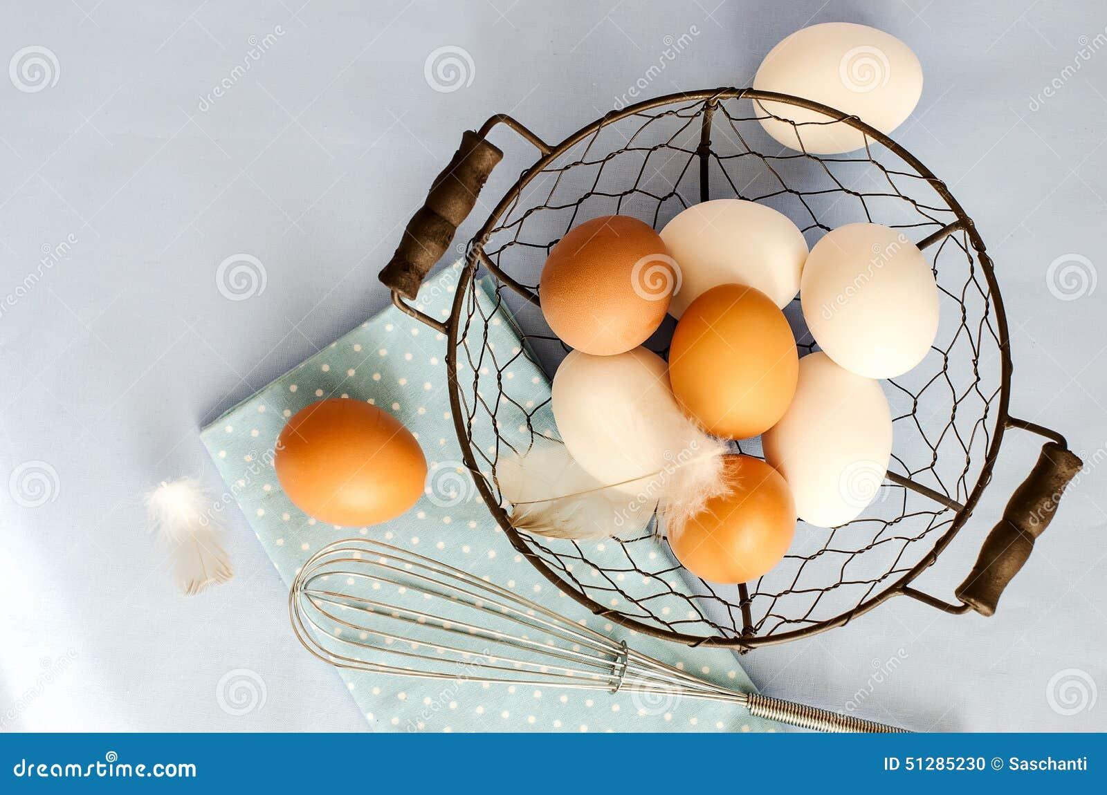 Brown i biali jajka dla gotować na błękitnym próbka teksta tle