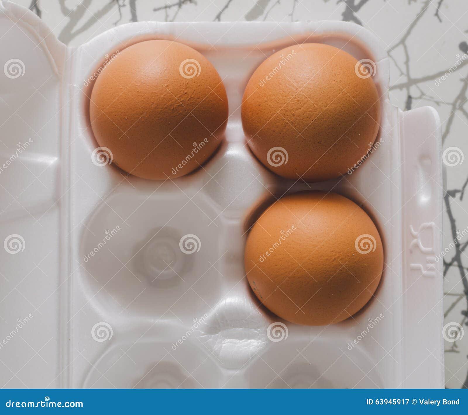Brown jajka na stole