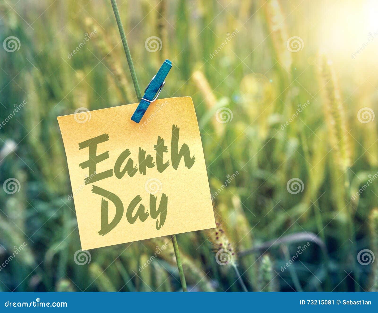 Brown räknad dagjord som miljölövverk går den gående gröna treen för text för slogan för ordstäv för kramnaturuttryck