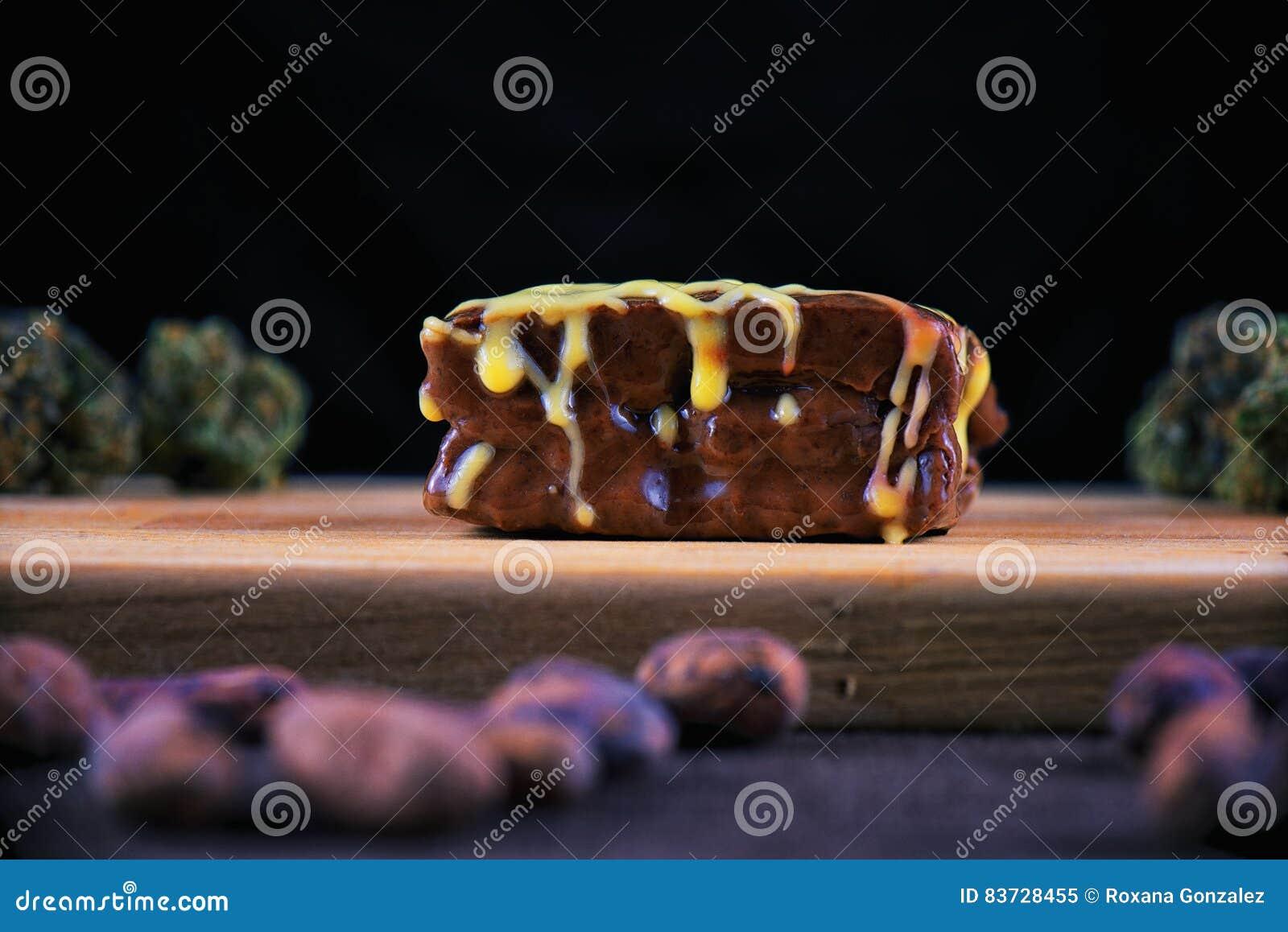 Brownie del chocolate de la mala hierba