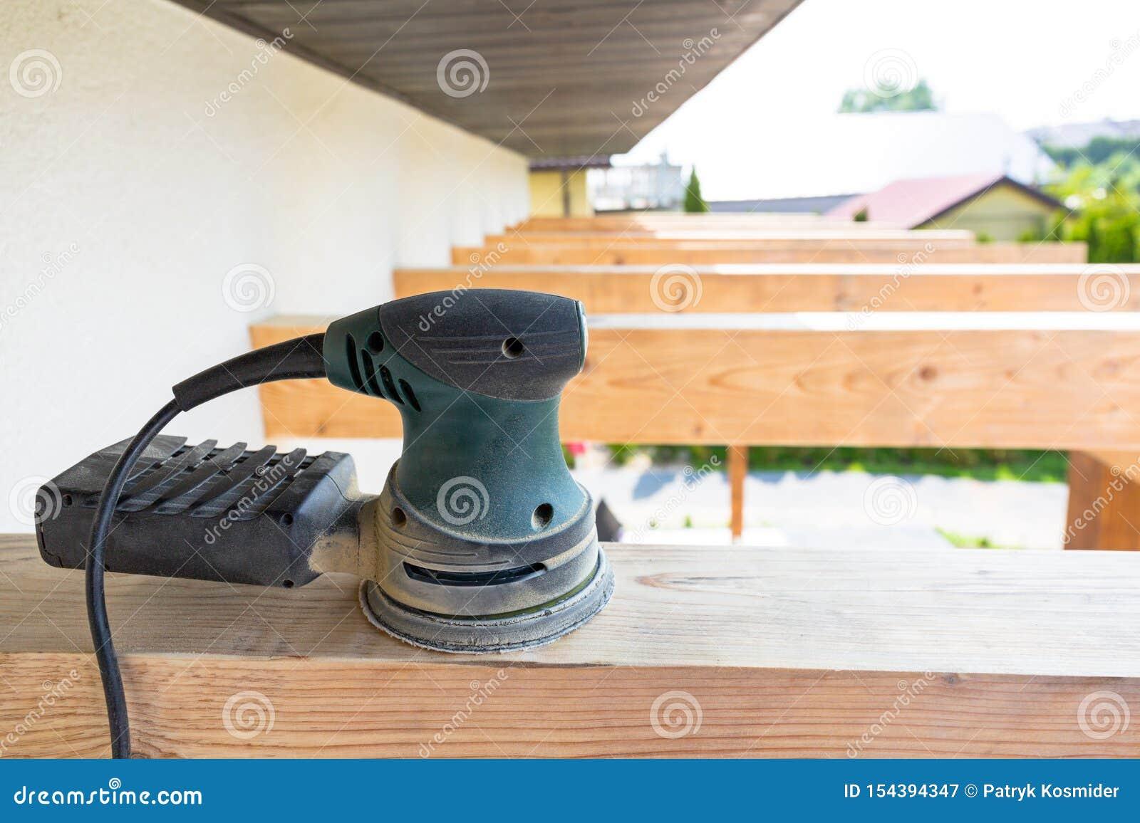 Ponceuse Pour Poutre Bois broyeur électrique placée sur les poutres en bois image