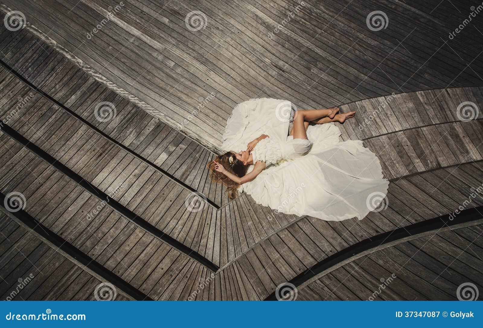 Brud i bröllopsklänningspring och hagyckel på den tropiska ön av Maldiverna