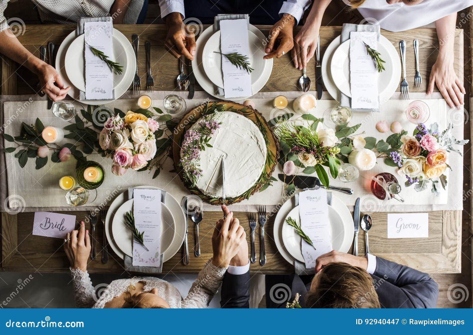 Brud och brudgum Cutting Cake på bröllopmottagande