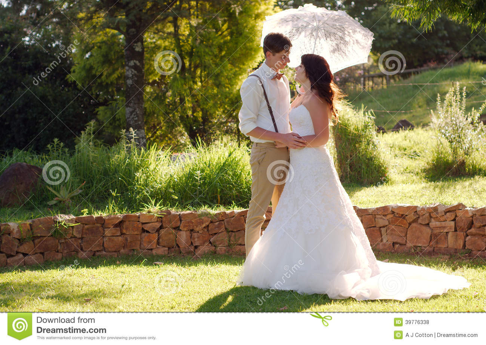 Brud och brudgum i tr dg rds br llop med slags solskydd for Boda en un jardin de noche