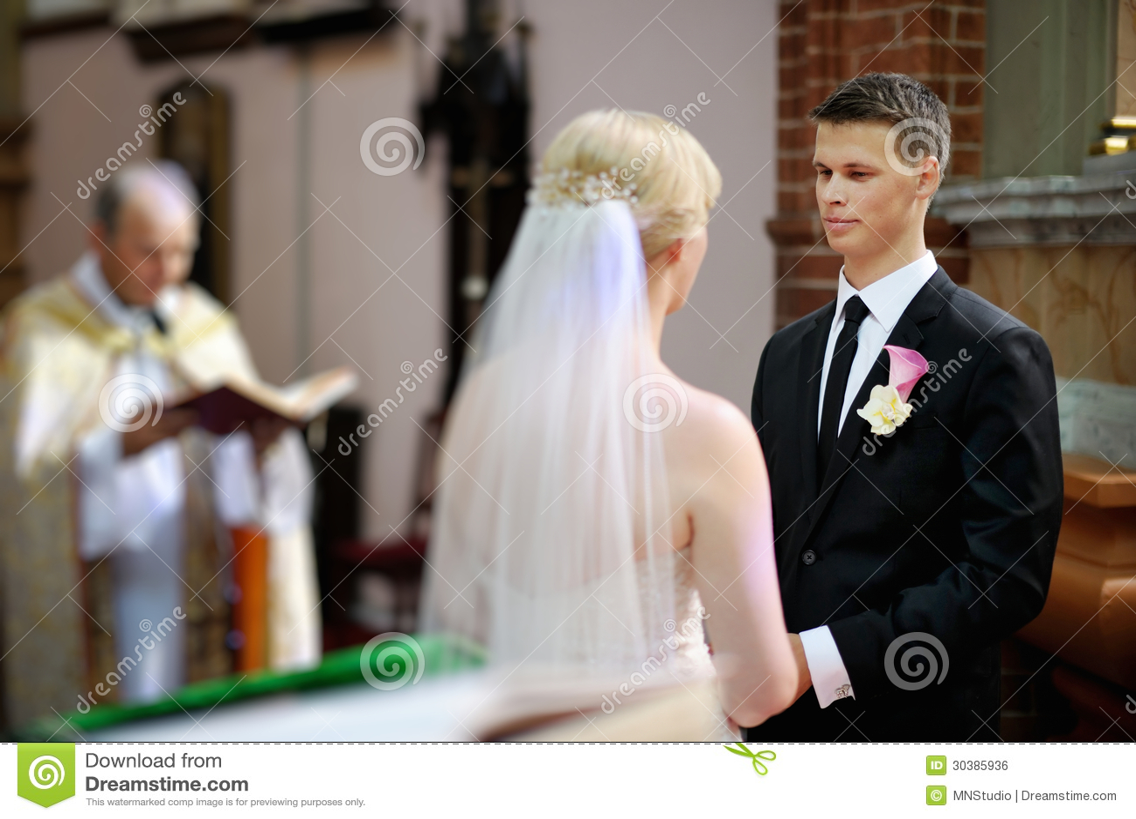 Brud och brudgum på kyrkan