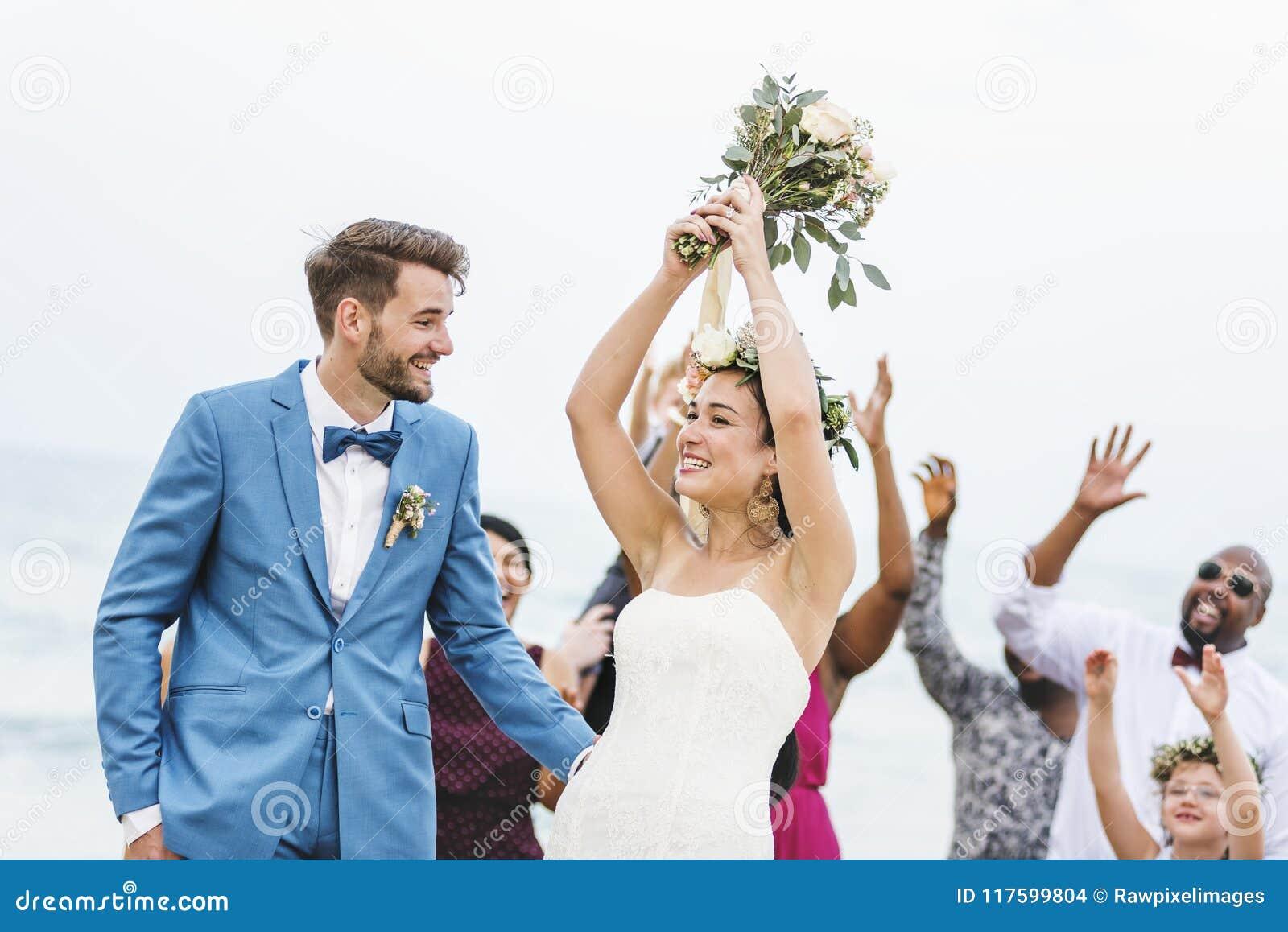 Brud som kastar blommabuketten till gäster