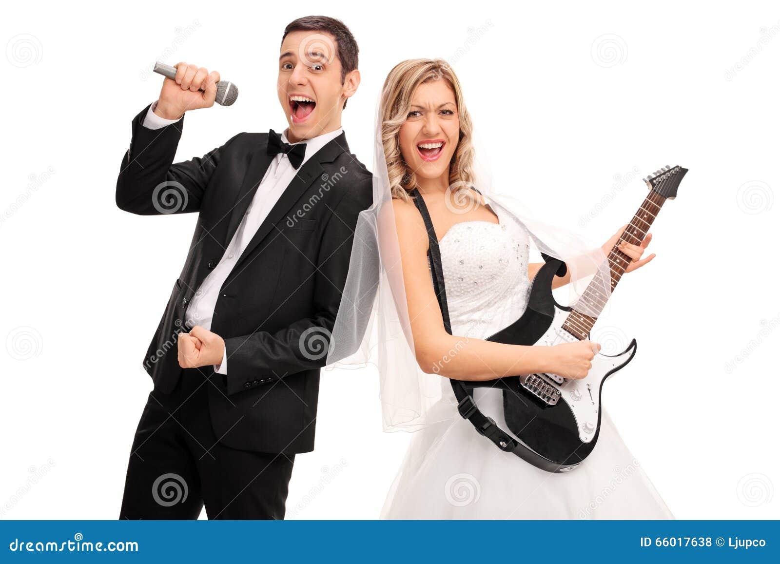 Brud som spelar gitarren och sjunga för brudgum