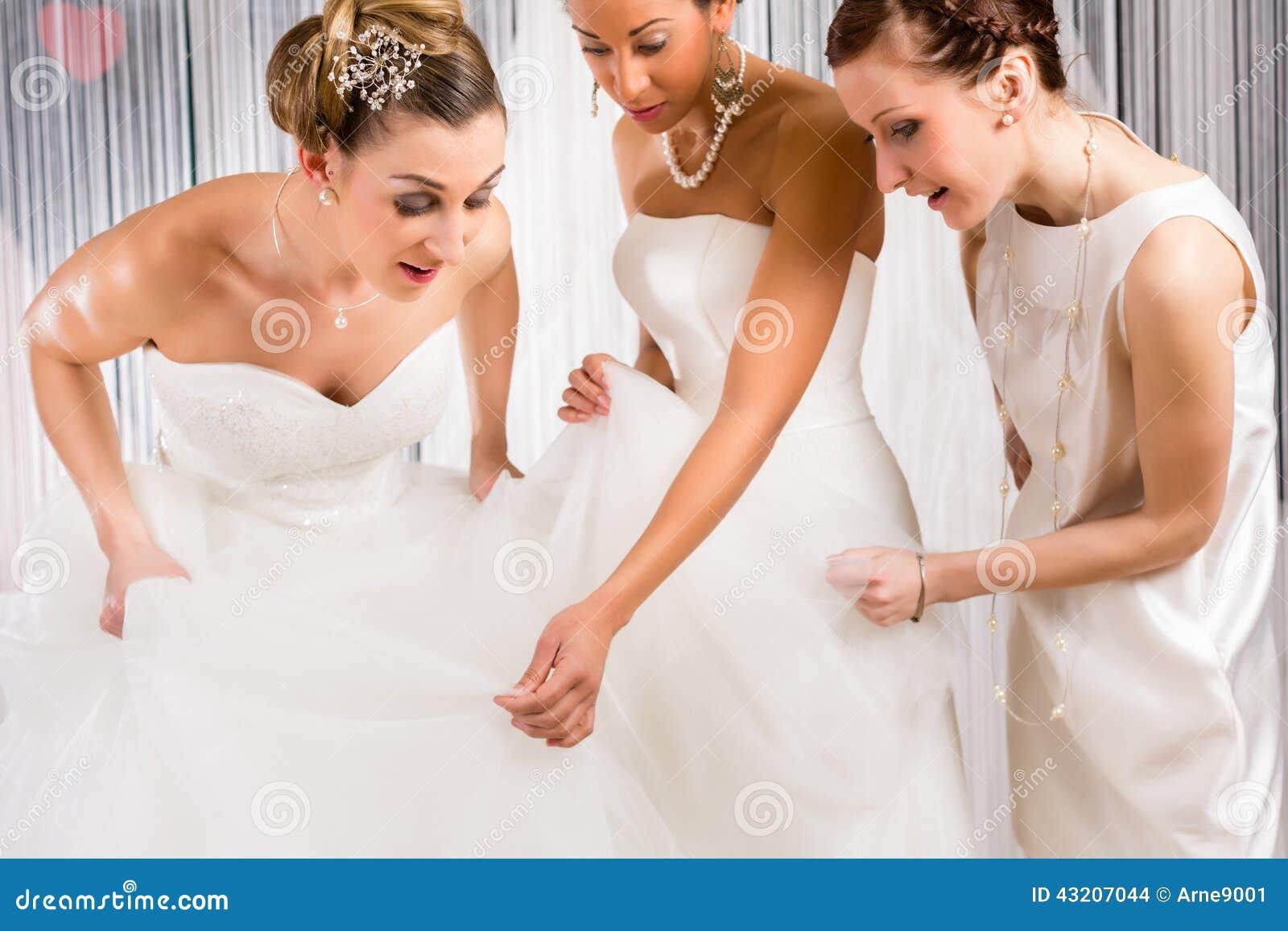 Download Brudar På Bröllopsklänningmontering Shoppar In Arkivfoto - Bild av välja, montering: 43207044