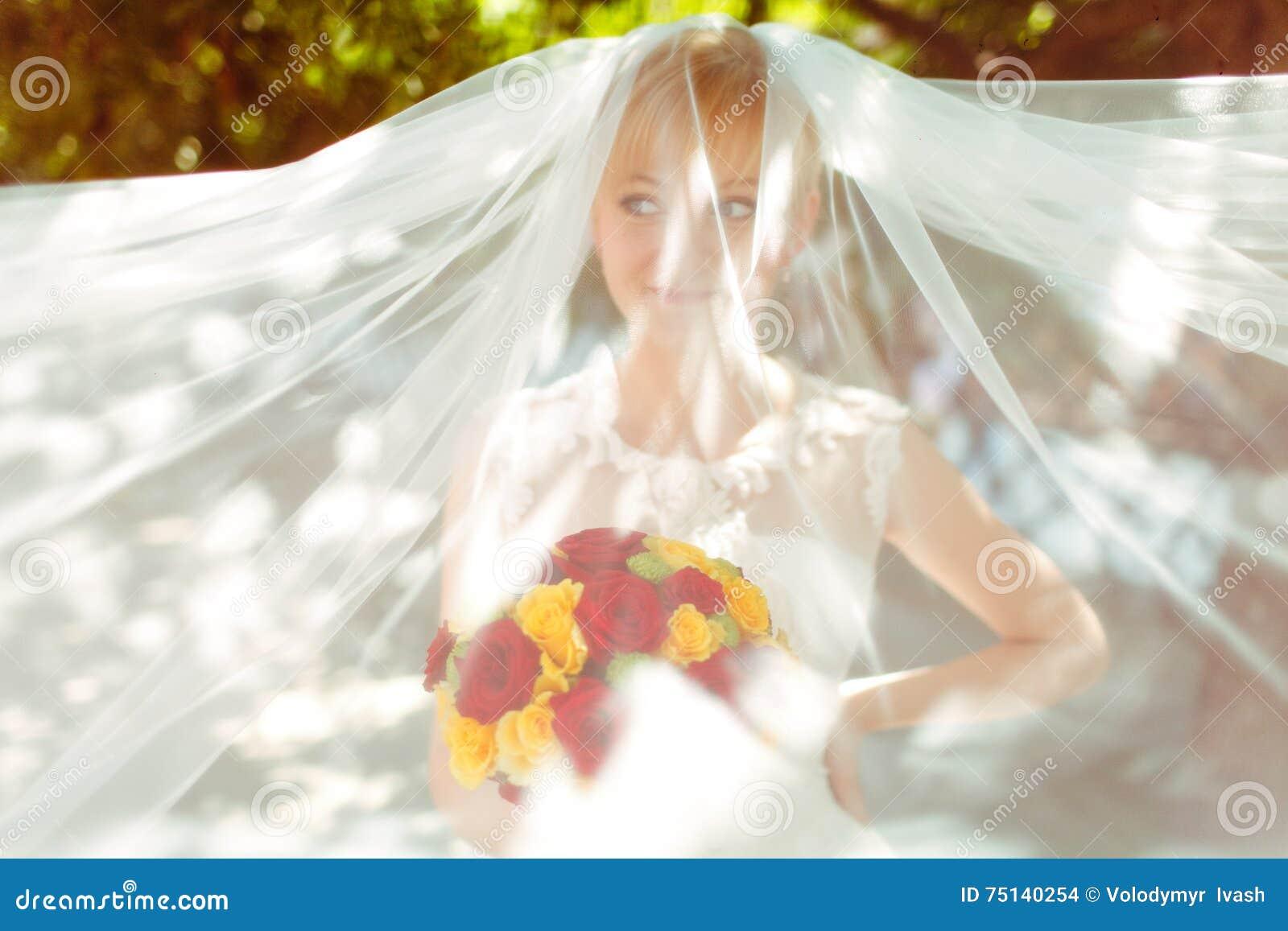 Bruden ser roligt som döljas under en skyla