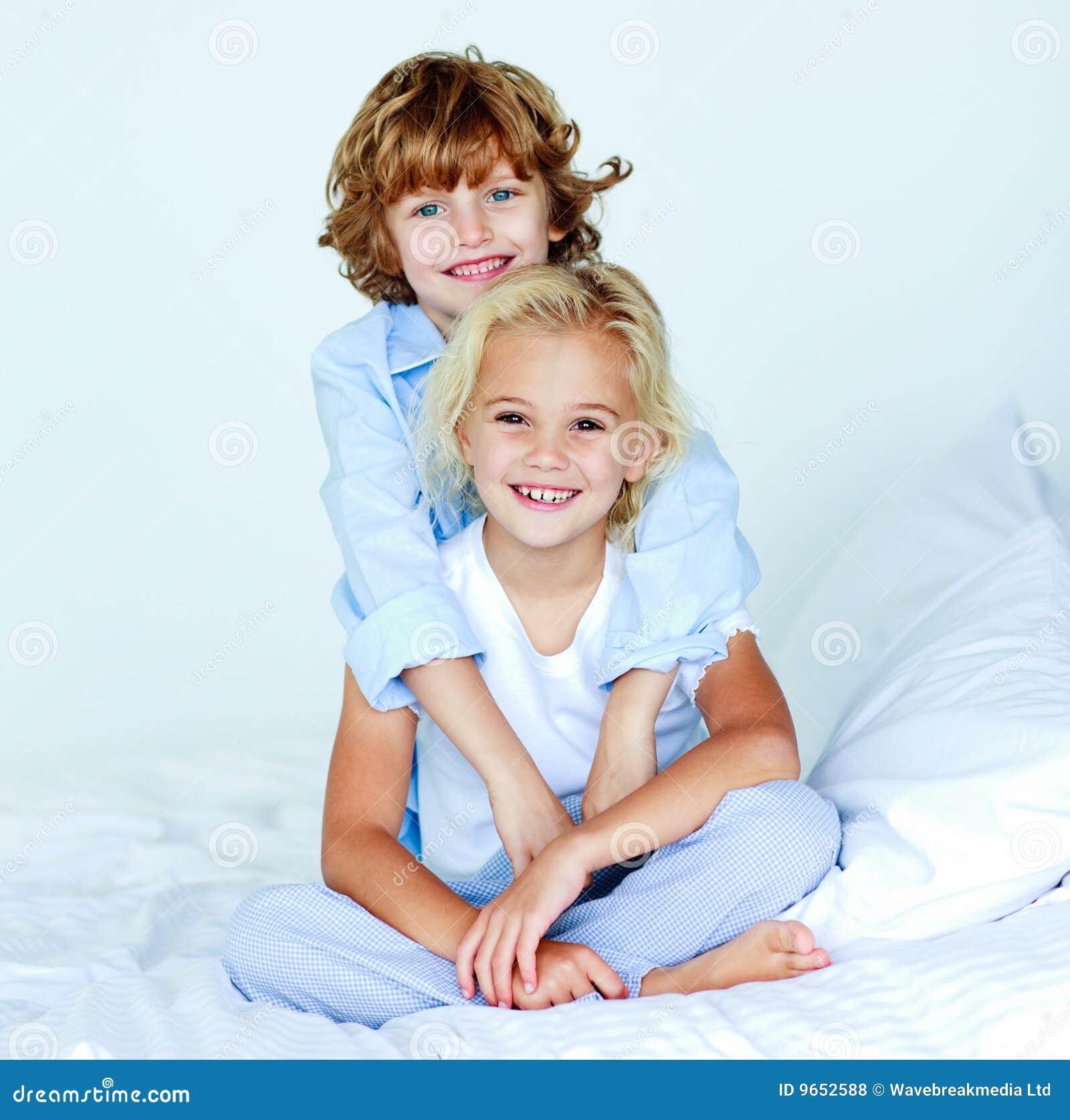 Bruder, der seine gute Nacht der Schwester umarmt