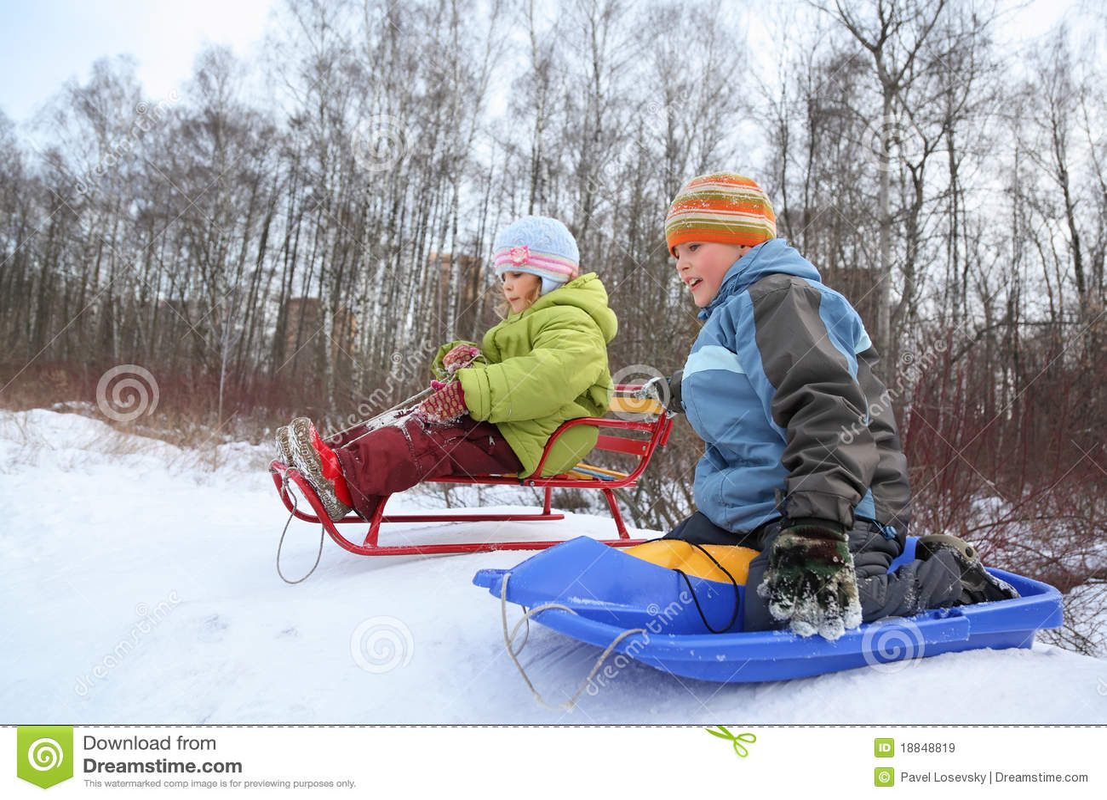 Bruder und Schwester beabsichtigen Laufwerk vom Hügel