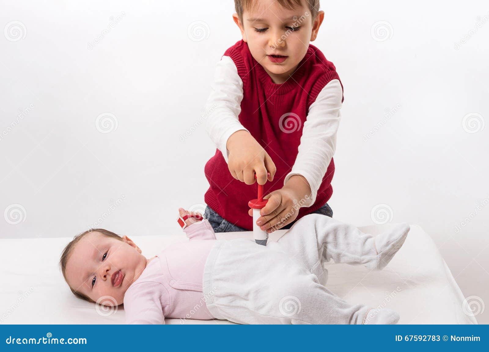 Bruder Und Schwester, Die Doktor Und Patienten Spielen