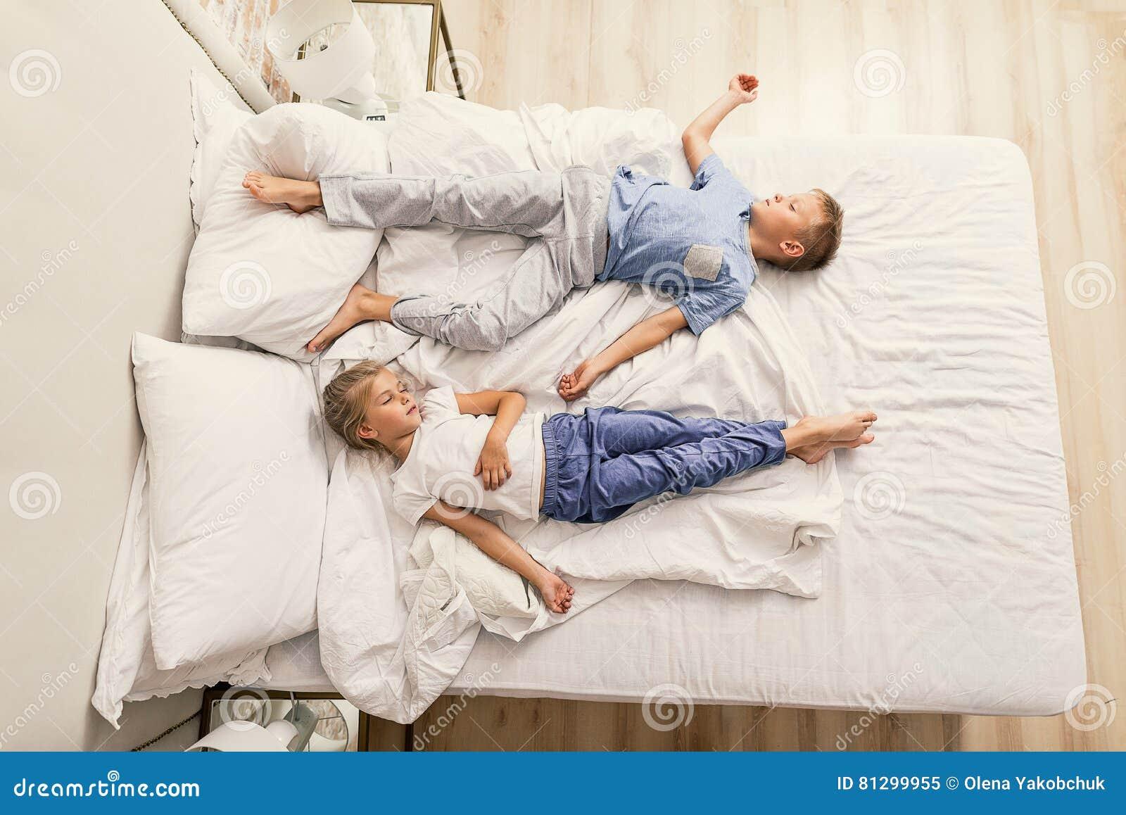 Bruder Und Schwester Schlafen Miteinander