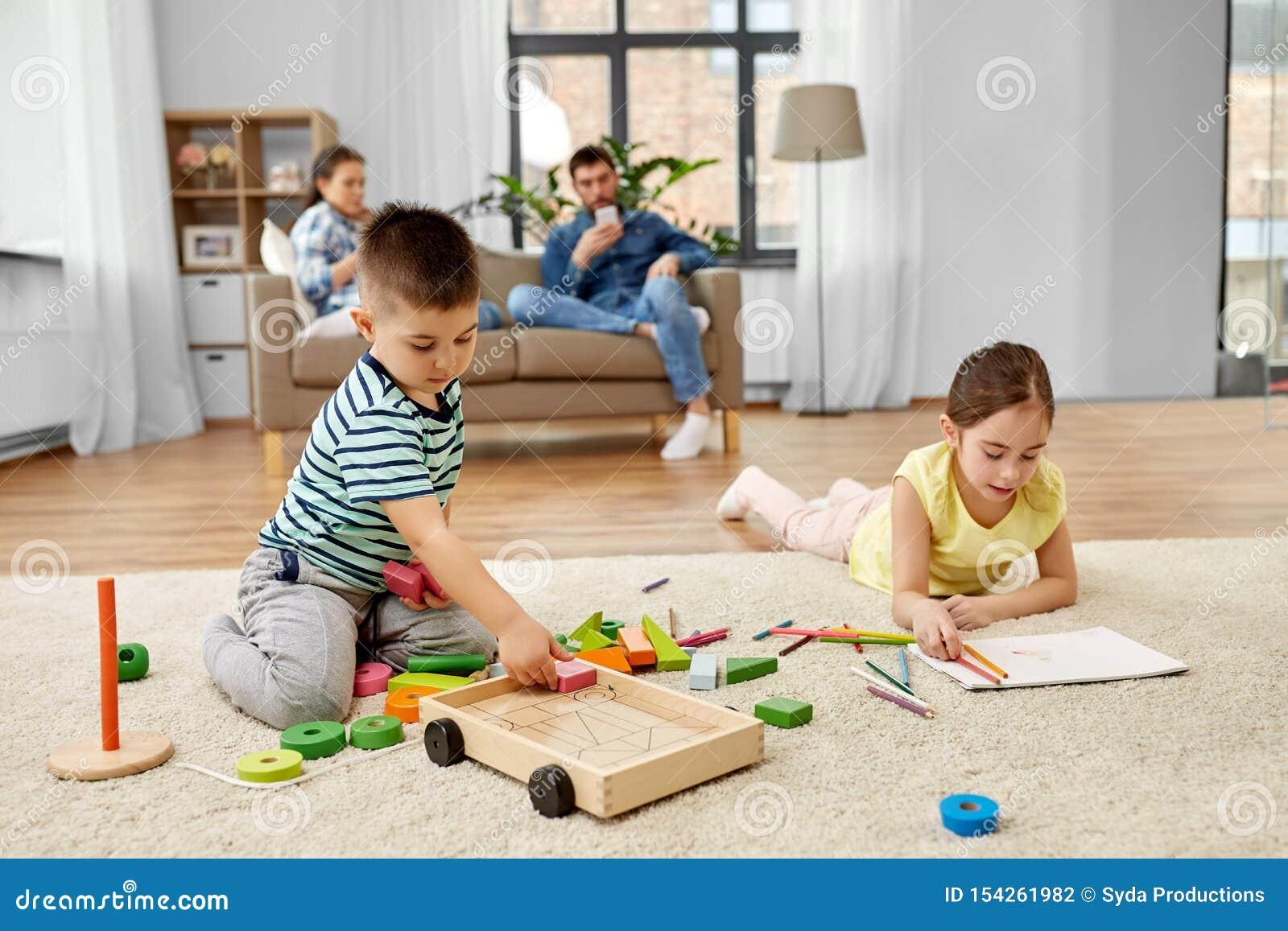 Bruder und Schwester spielen Spiel