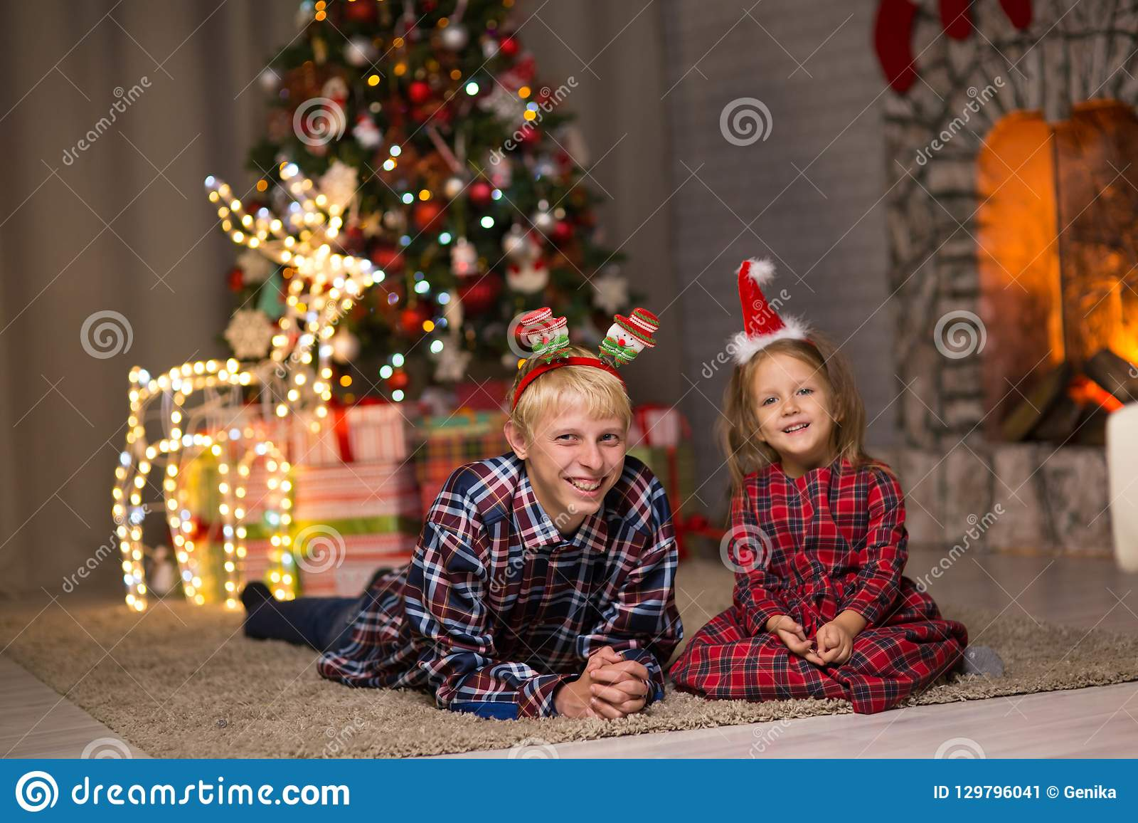 Bruder und Schwester nahe dem Weihnachtsbaum