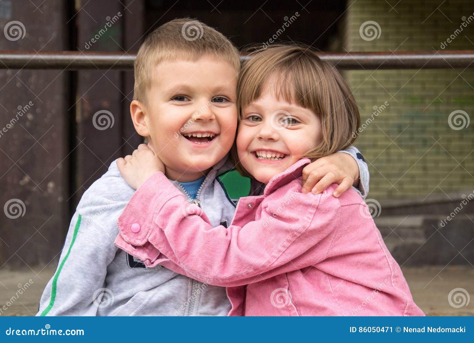 Bruder Und Schwester Umarmen Stockbild - Bild von