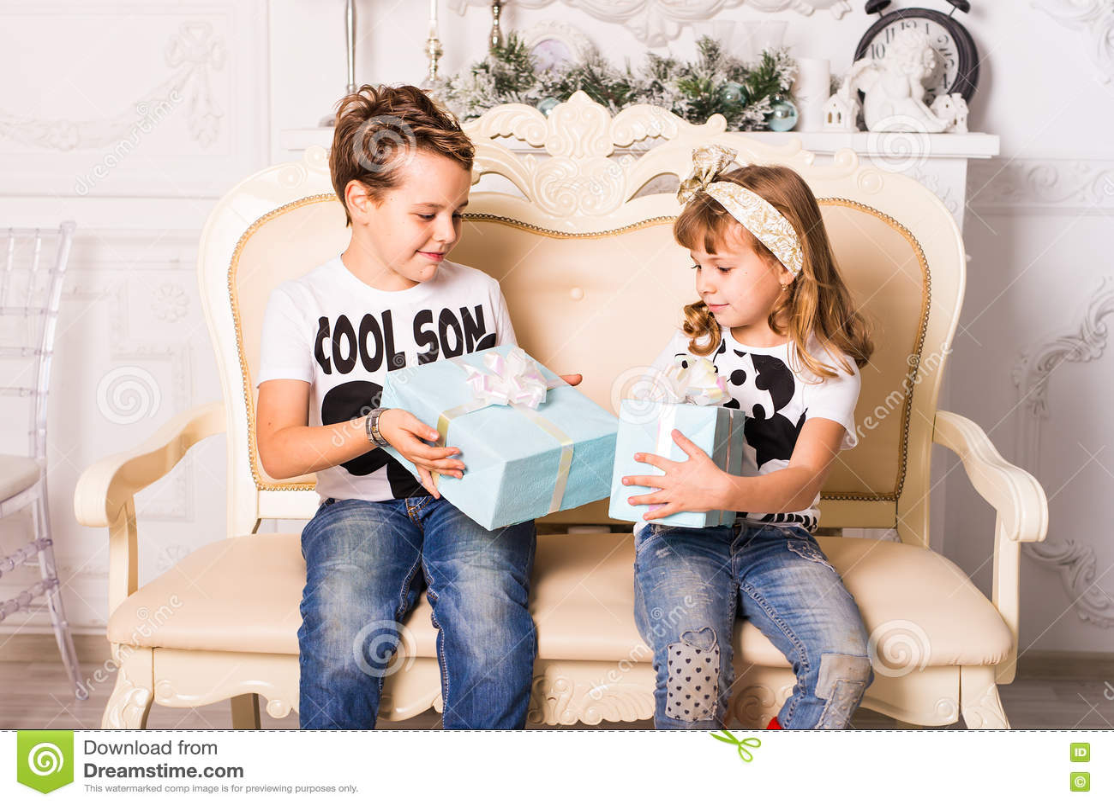 Bruder Wird Seiner Schwester Ein Geschenk Für Weihnachten Oder Neues ...