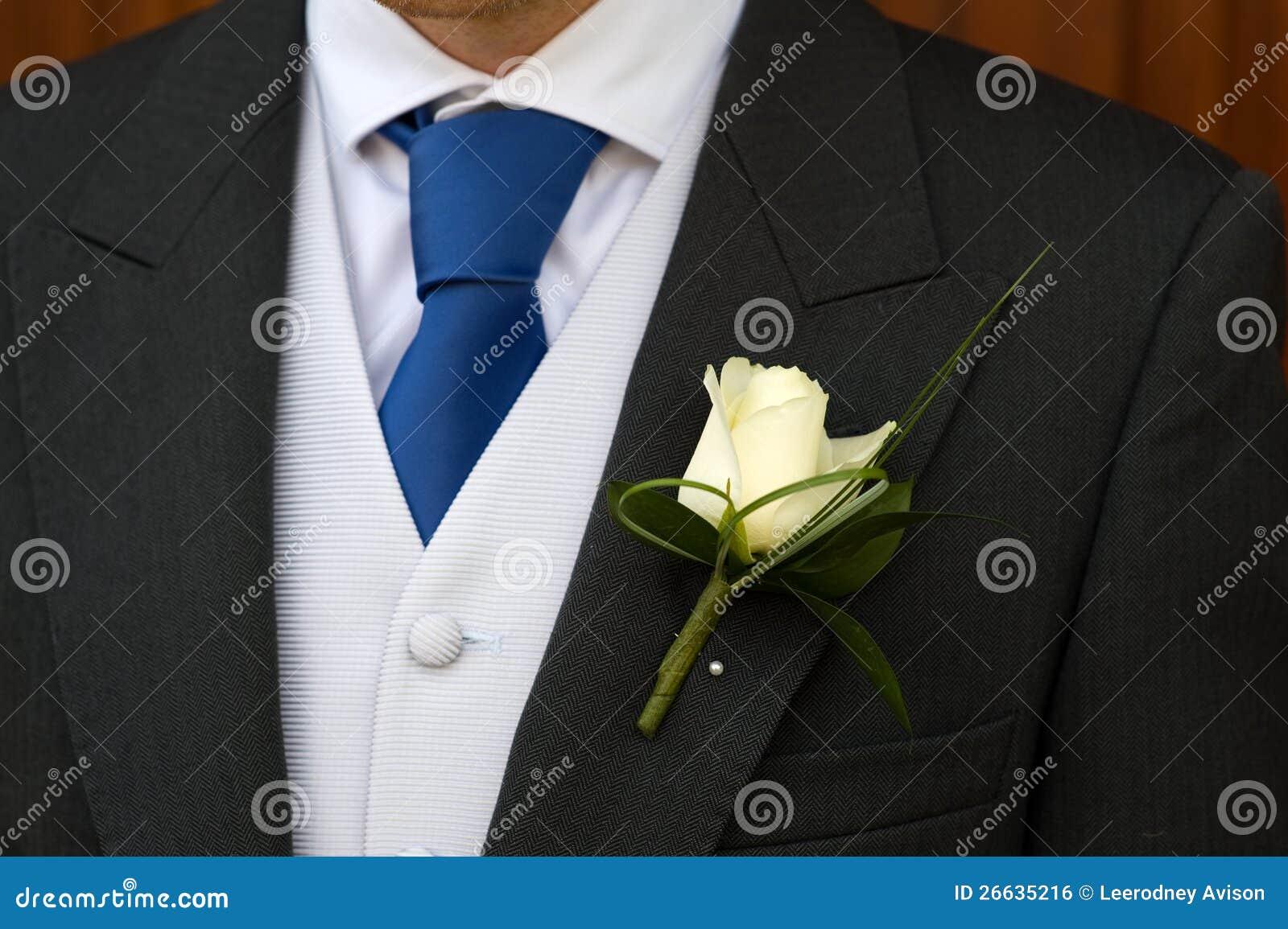 Brudgum med bröllopknapphålblomman