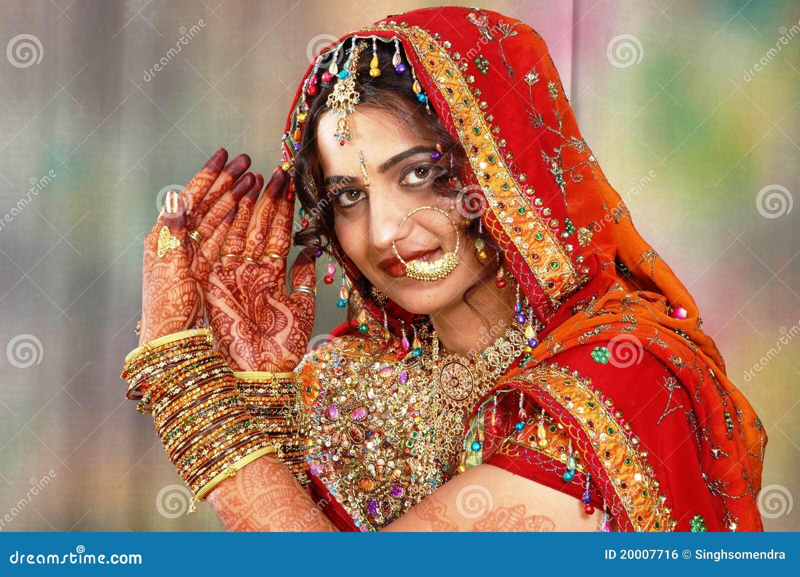 Brudklänninghenna henne indier som visar bröllop