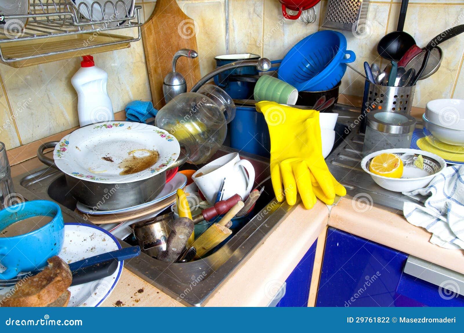 Brudni kuchenni nieumyci naczynia