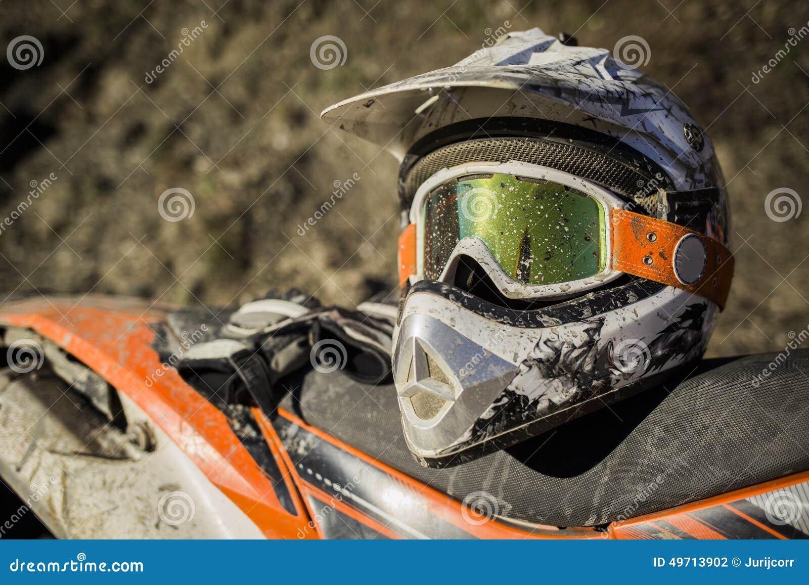 Brudny motocyklu motocross hełm z gogle