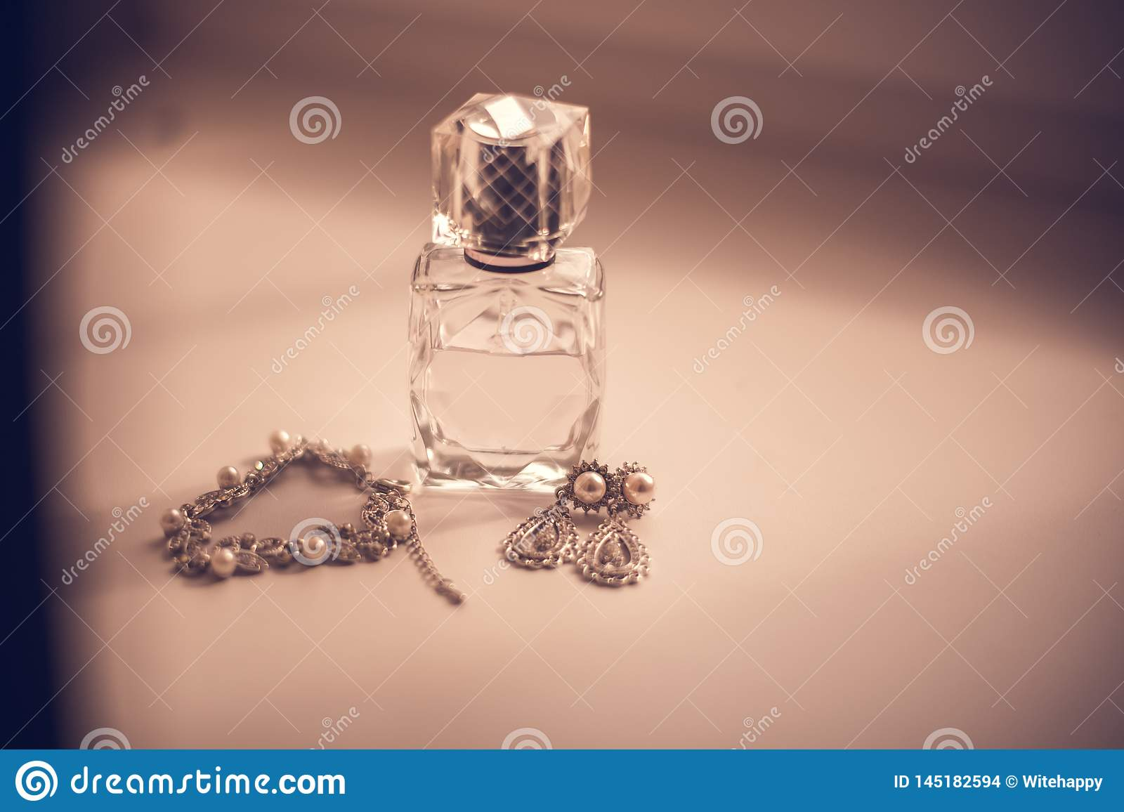 Bruds gifta sig fastställda doft, örhängen, halsband, juvelcirklar och att snöra åt strumpebandet på trätabellen