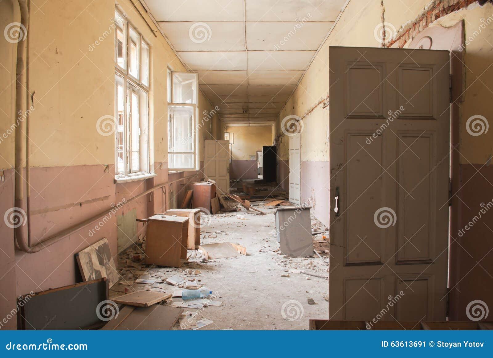 Brudzi pustego korytarz przy zaniechanym budynkiem szkoły