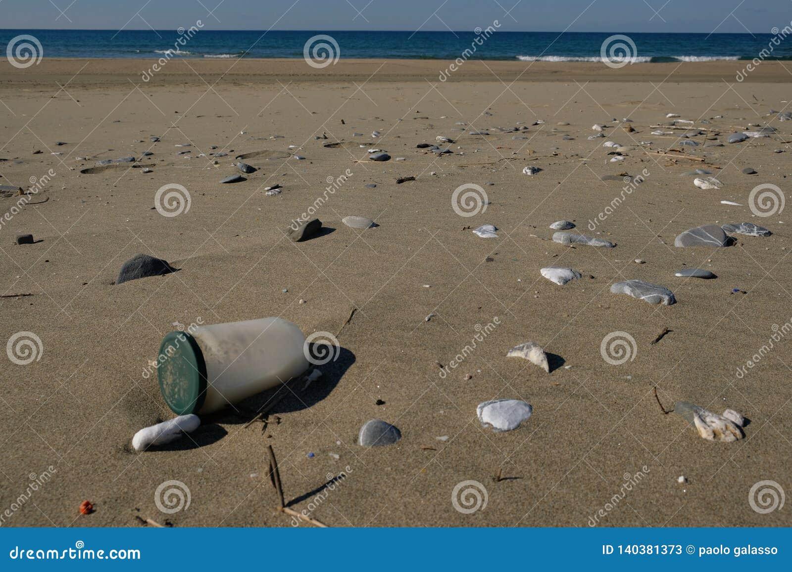 Brudzi Szklanego zbiornika dennego zanieczyszczenie na piaskowatej plaży ekosystemu, śmieci na dennym wybrzeżu