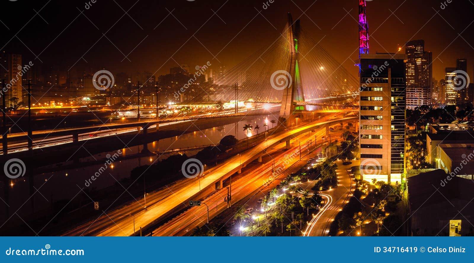 Brug bij nacht in Sao Paulo