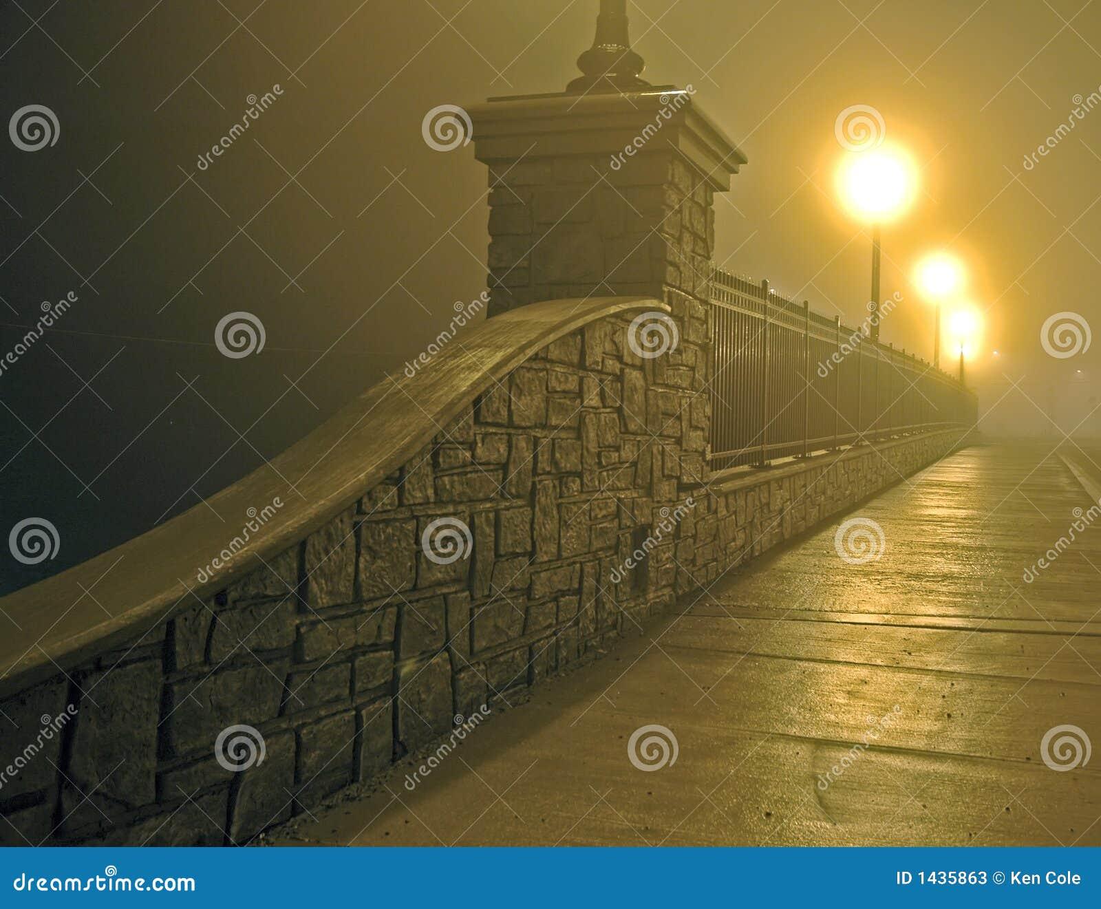 Brug in Mist bij Nacht