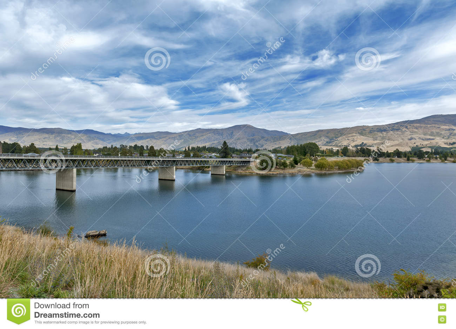 Brug over de Kawarau-Rivier en Meer Dunstan in de gemeente van Cromwell, Centrale Otago, Nieuw Zeeland