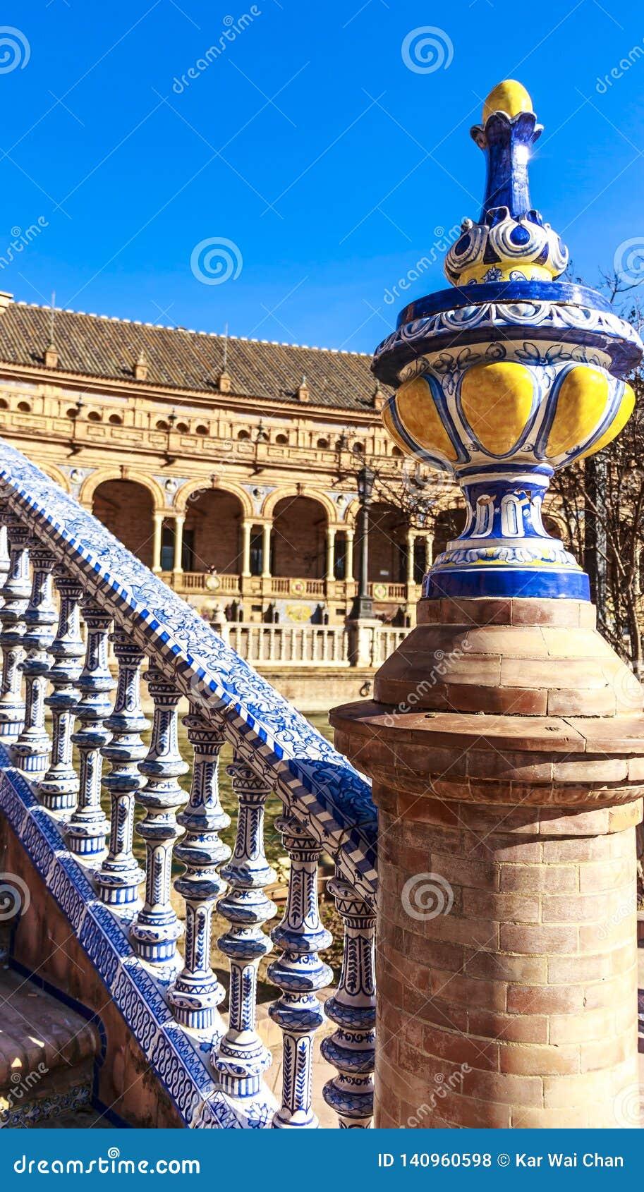 Brug overladen met polychromatic ceramische titels bij het Vierkant van Spanje