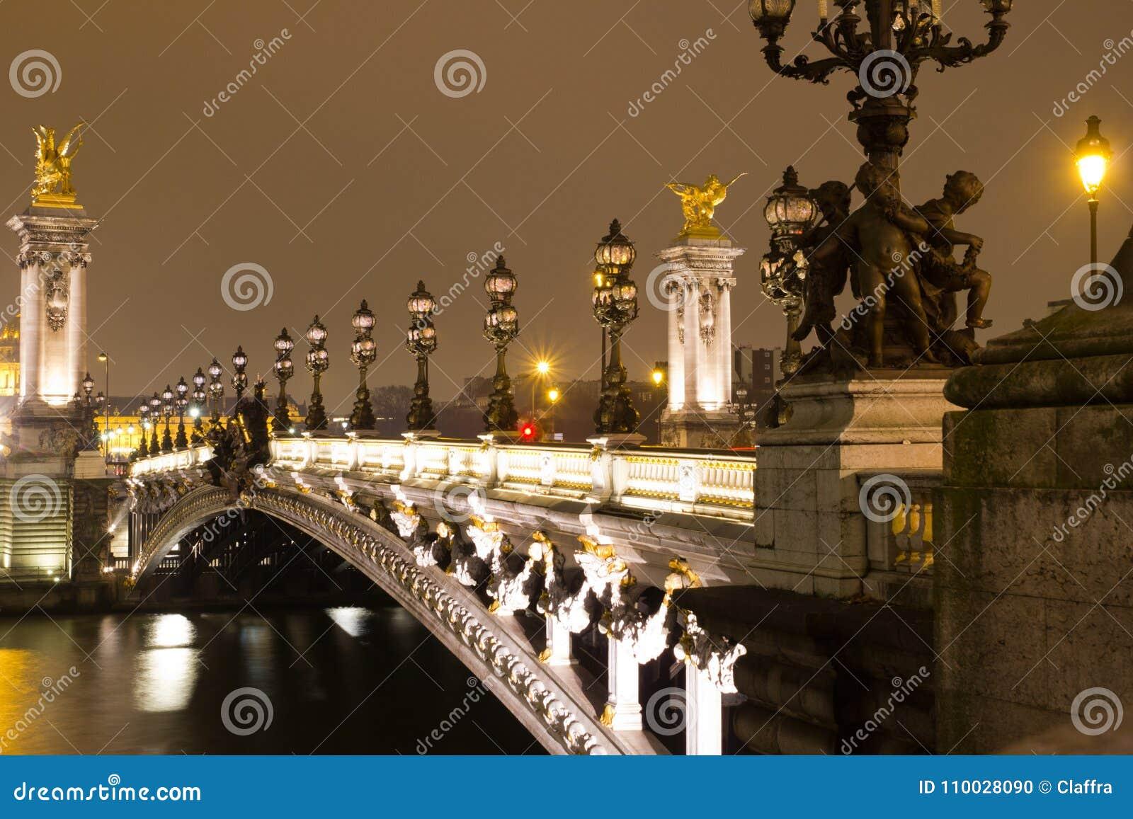 Brug in Parijs bij nacht