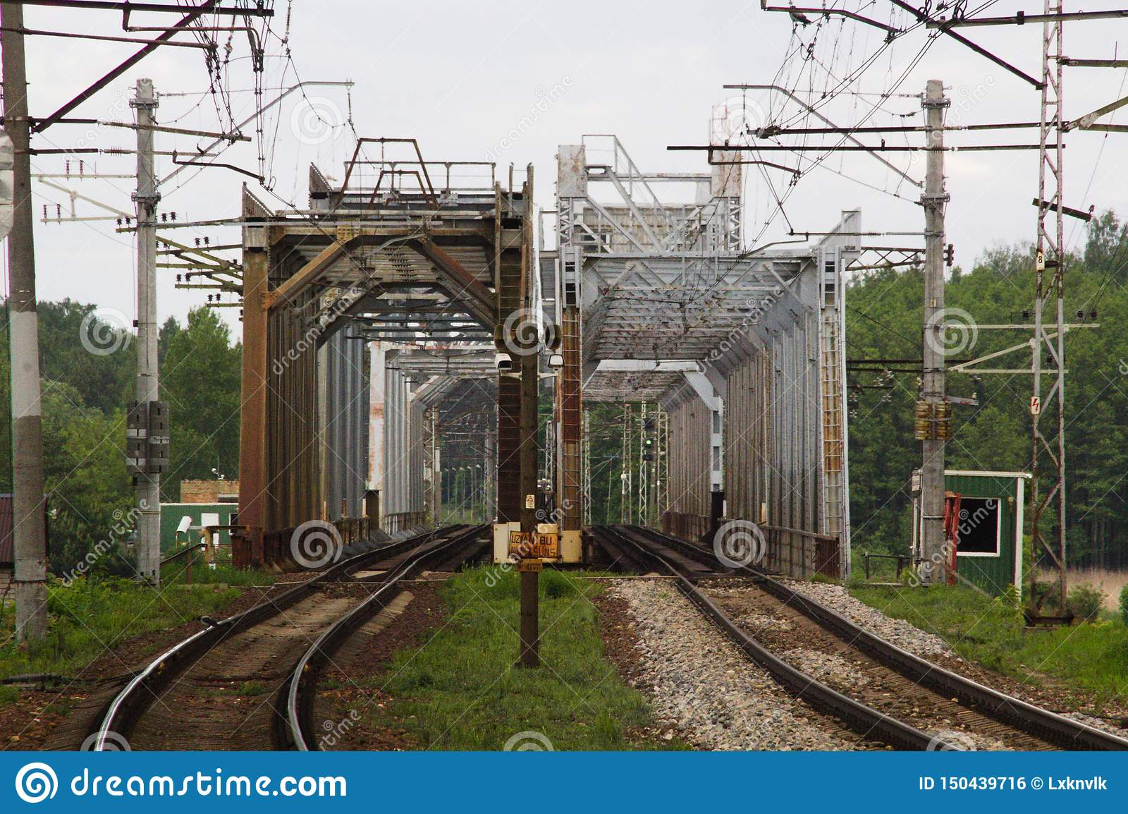 Brug twee van het spoorwegmetaal manieren vergelijkt sporen