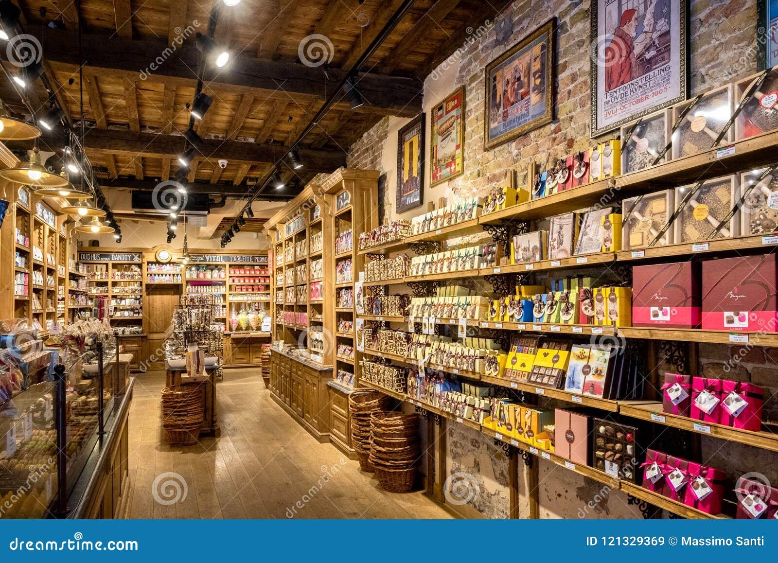 Bruges è inoltre famosa per la sua arte più chocolatier, con molti negozi che vendono il loro cioccolato artigiano-fatto belgium