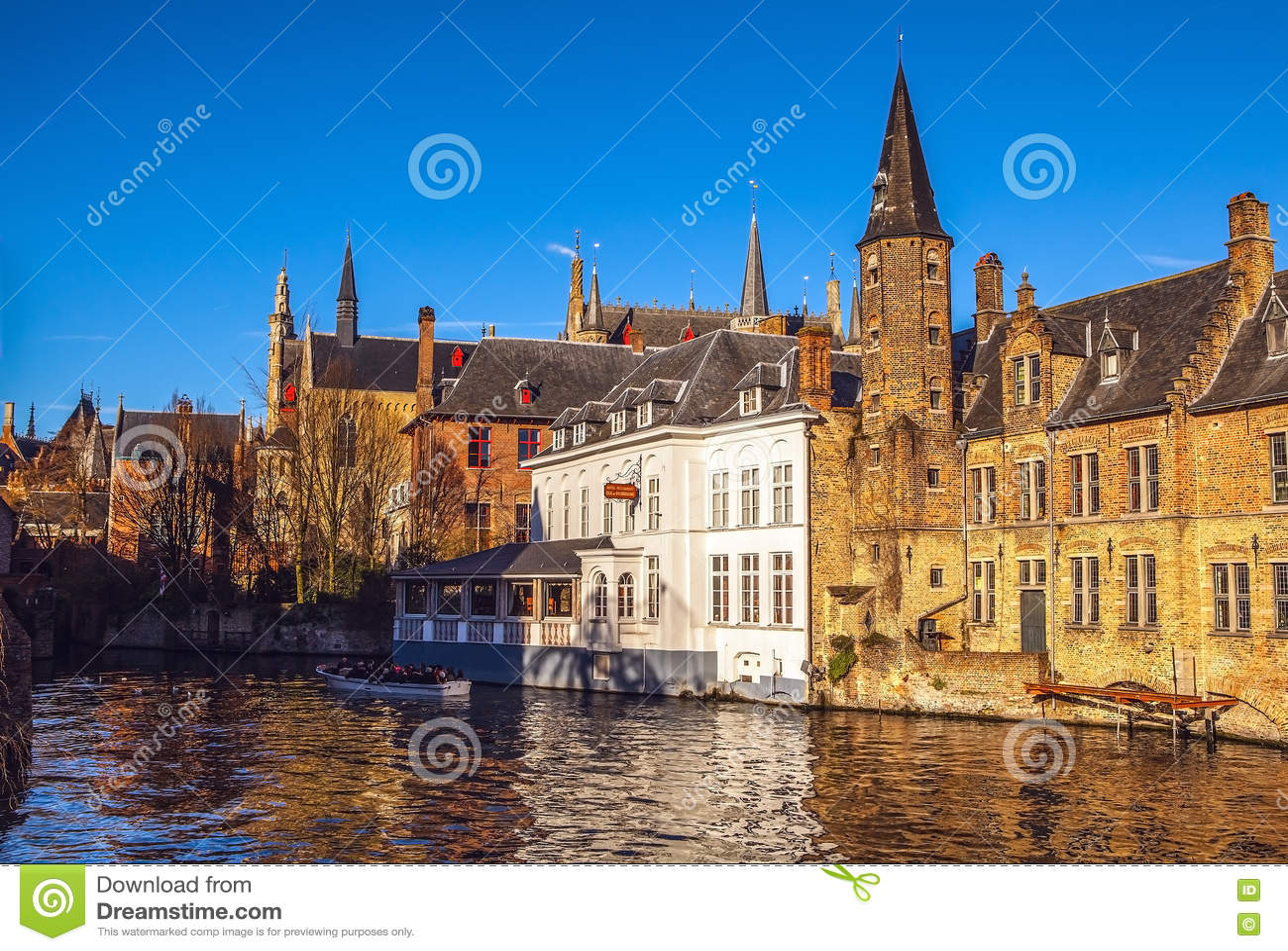 Brugge, België Beeld met Rozenhoedkaai in Brugge, Dijver-rivierkanaal
