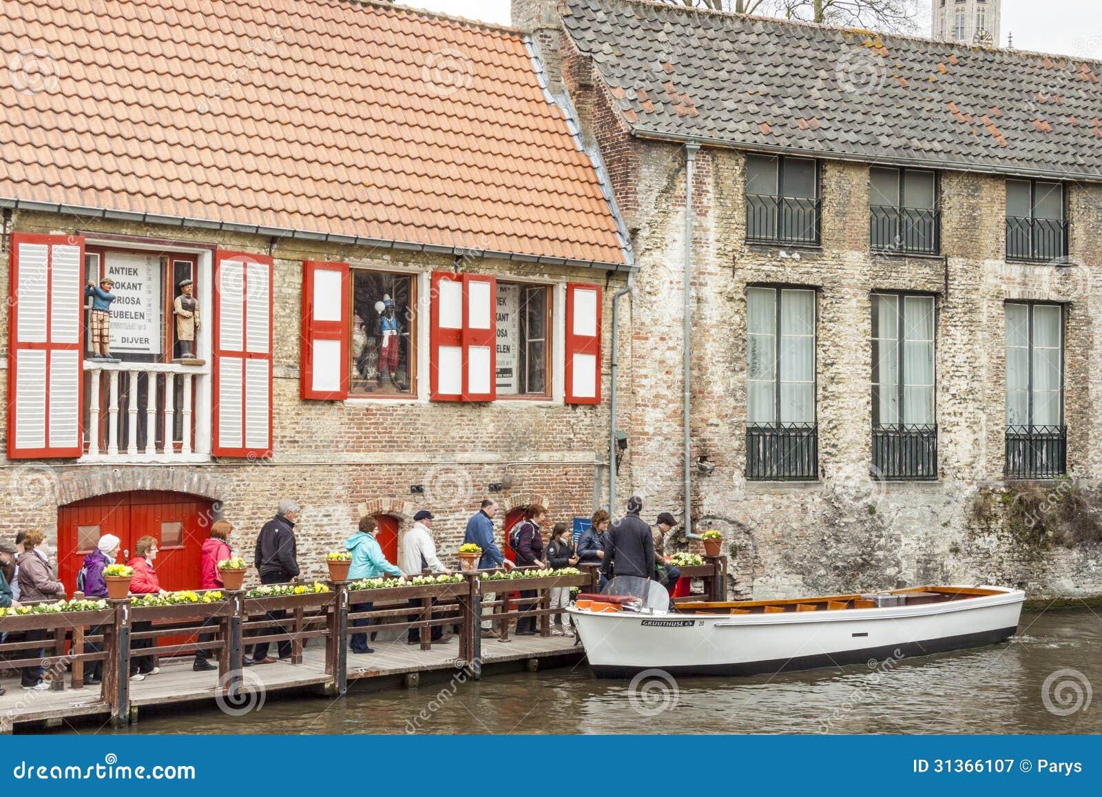 BRUGGE BELGIEN - APRIL 22: Fartyget turnerar in i canen