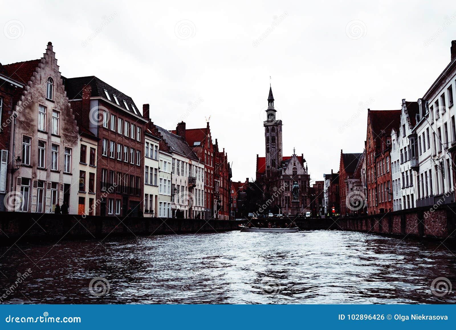 Brugge kanal- och stadssikt, Belgien