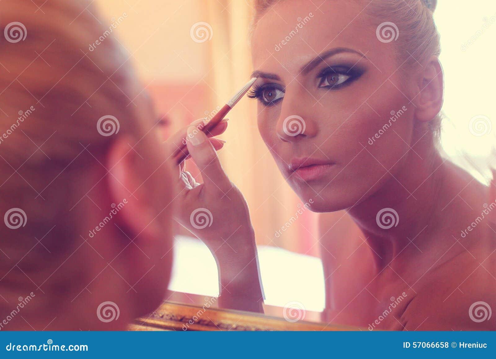 Bruid die in de spiegel kijken