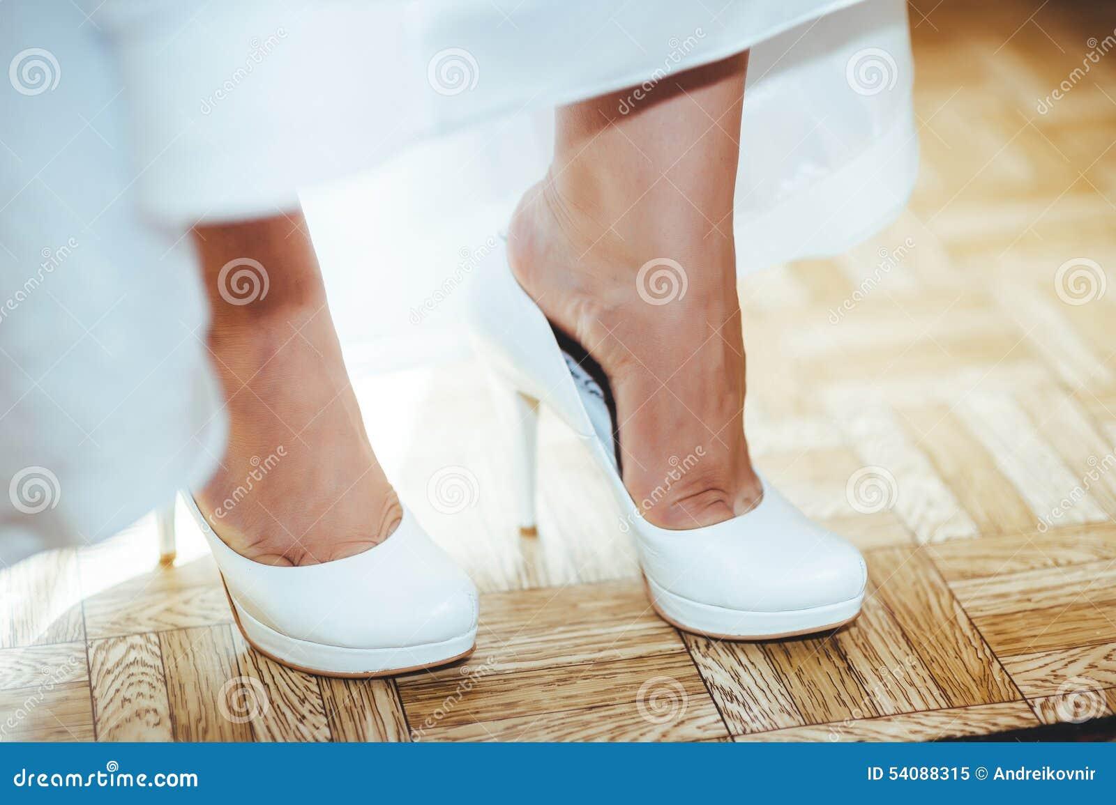 Bruid die klaar wordt Mooie bruid in wit