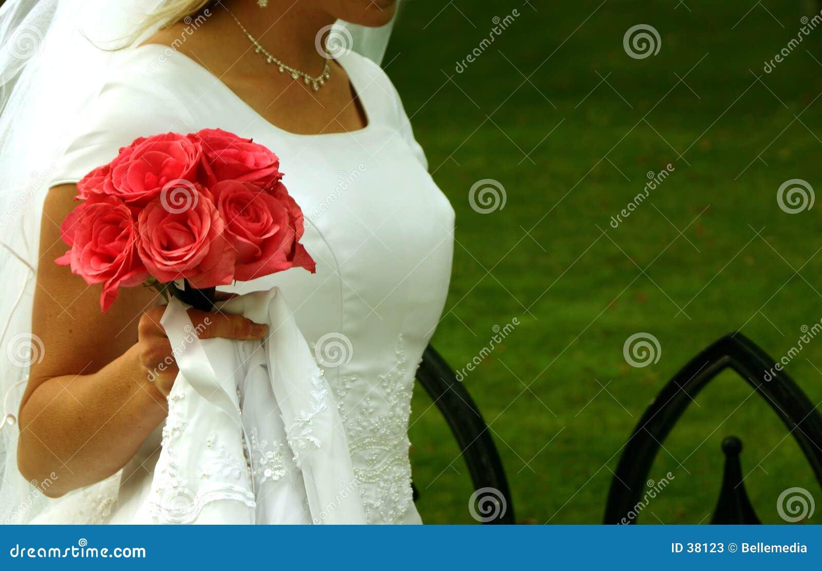 Bruid die met haar bloemen loopt