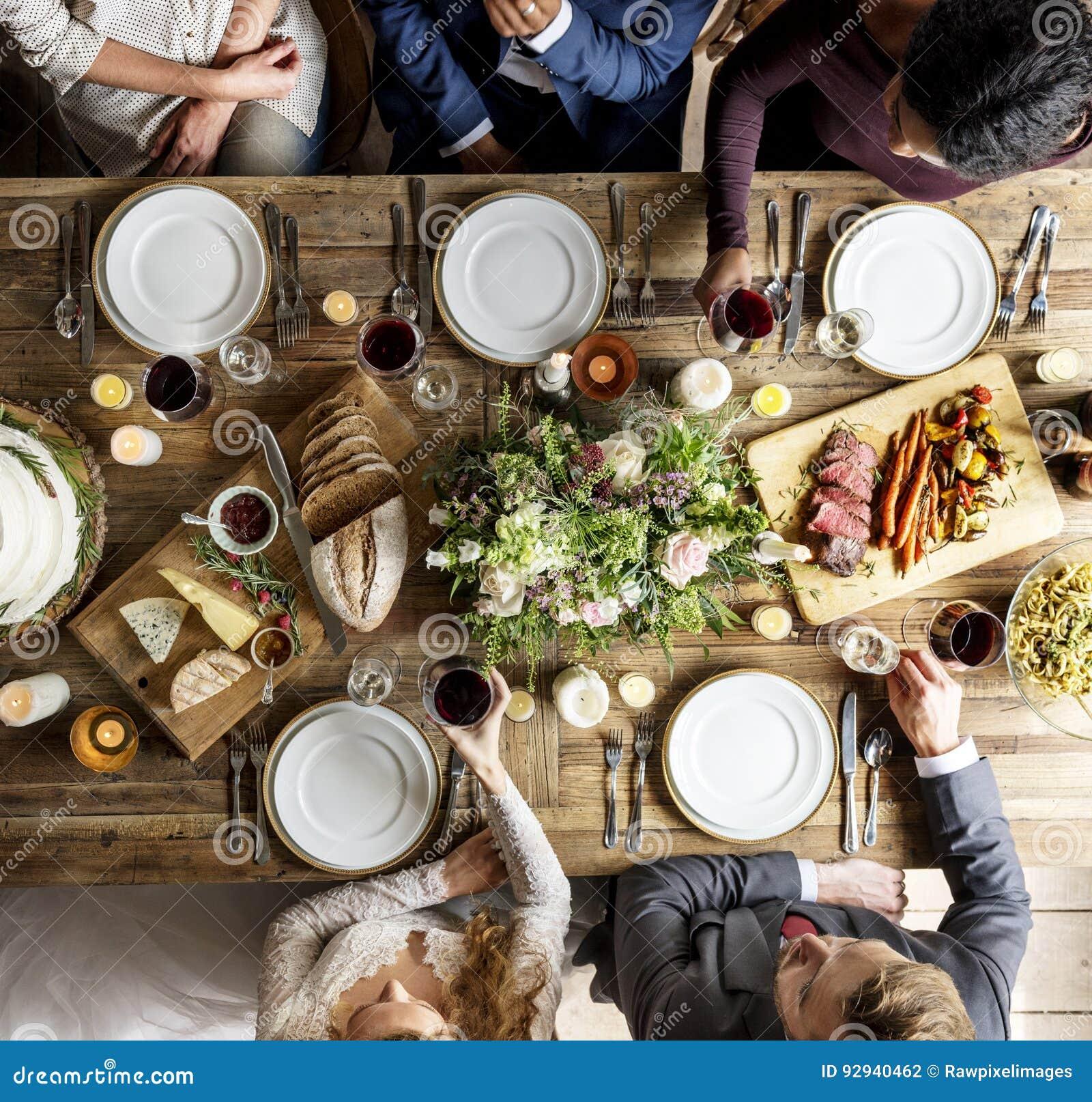 Bruid en Bruidegom Eating met Vrienden bij Huwelijksontvangst