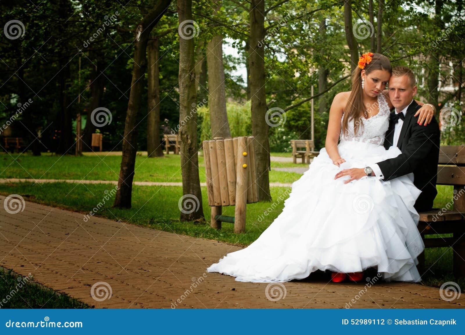 Bruid en bruidegom gezet in park